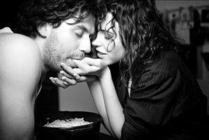 Мужчина кормит женщину
