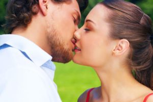 Как вести себя при первом поцелуе