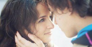 Если мужчина трогает волосы женщины
