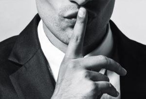 Мужчина манипулирует молчанием