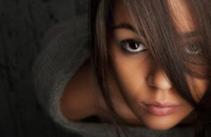 Девушка смотрит в глаза