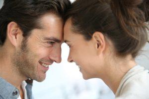 Мужчина краснеет при разговоре с женщиной
