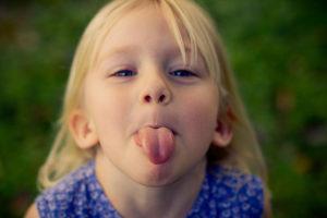 Показывать язык психология