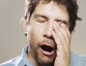 Мужчина зевает при разговоре с женщиной