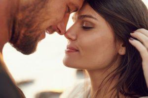 Взгляд глаза в глаза мужчины и женщины