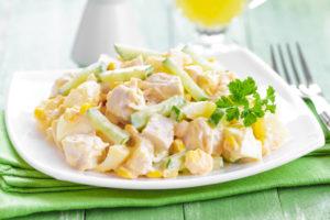 Салат из курицы с ананасами и сыром