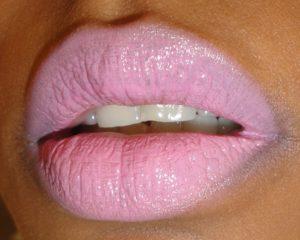 бледно розовая помада