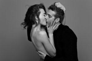 Мужчина и женщина целуются