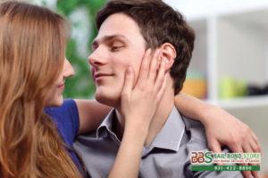 Если мужчина гладит лицо женщины