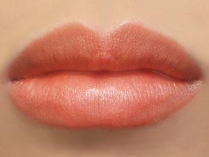 помада персикового цвета