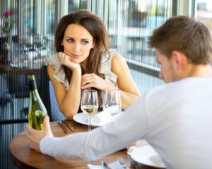 Как мужчина смотрит на понравившуюся женщину