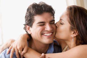 Что чувствует мужчина при поцелуе